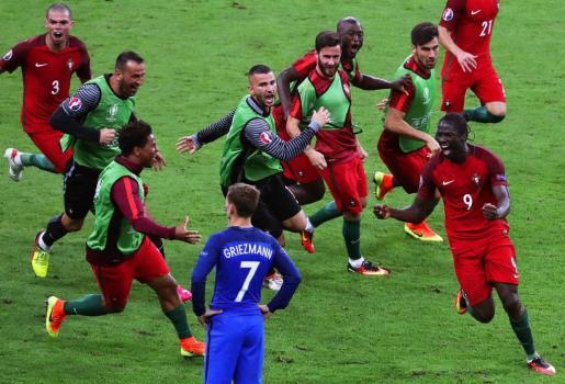 Los jugadores portugueses celebran el gol de la victoria.