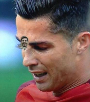 En la redes convirtieron la polilla que se posó sobre Cristiano en Messi.