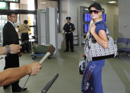 Paris Hilton habla con los periodistas nipones.