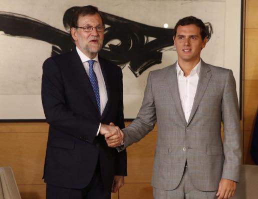 El presidente del Gobierno en funciones, Mariano Rajoy (i), y el líder de Ciudadanos, Albert Rivera, momentos antes de la reunión que ambos han mantenido este martes en el Congreso, en el marco de la ronda de reuniones con vistas a intentar la investidura.