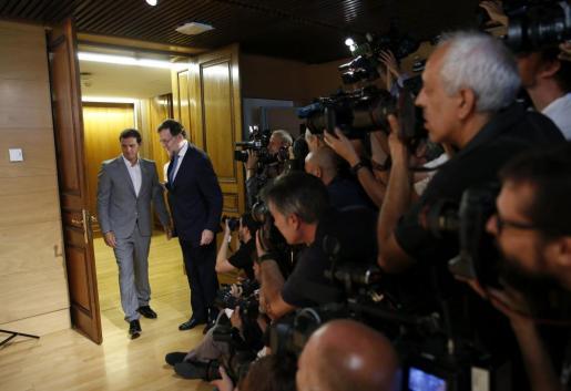 El presidente del Gobierno en funciones, Mariano Rajoy (i), y el líder de Ciudadanos, Albert Rivera, momentos antes de la reunión.