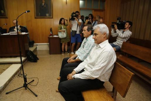 Jaume Isern, en primer término, en el banquillo de los acusados durante el juicio por la muerte de David Grimaldos, fallecido al resultar electrocutado por una farola en Bunyola.