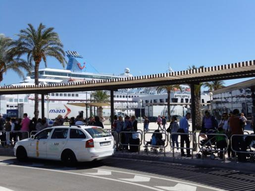 Los turistas que visitan Palma a bordo de un crucero disponen de unas pocas horas para descubrir los monumentos más emblemáticos de la ciudad.