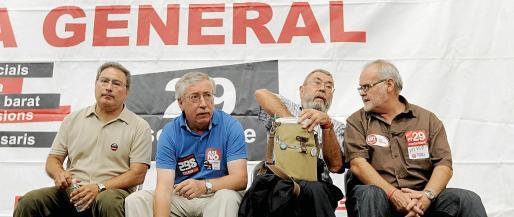 Los secretarios generales de CCOO, Ignacio Fernández Toxo (2i); y UGT, Cándido Méndez (2d), durante la asamblea celebrada ayer en el Cabanyal, Valencia.