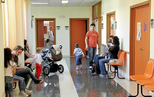 Imagen de archivo del centro de salud de Son Ferriol, con muchos niños esperando consulta.