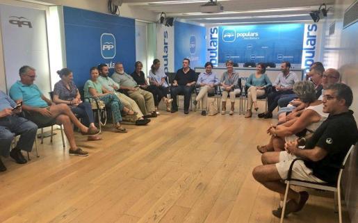 La portavoz del PP en el Ayuntamiento de Palma, Margalida Durán, ha presidido este jueves la primera reunión de la junta gestora que dirigirá el PP de Palma hasta el próximo congreso local.