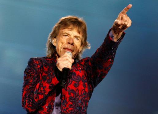 """Mick Jagger, cantante de los Rolling Stones canta durante su """"Latin America Ole Tour"""" en el Foro Sol en Ciudad de Mexico."""