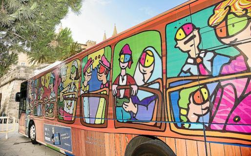 Uno de los autobuses de la EMT de Palma que han sido intervenidos por el ilustrador y docente Antonio Fernández Coca.