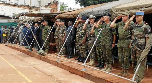 Un momento de la transferencia de autoridad celebrada ayer en Bangui.