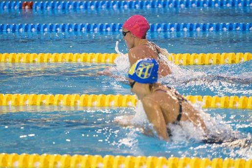 La nadadora catalana Mireia Belmonte (arriba), del UCAM Fuensanta, durante una prueba de los campeonatos de España de natación.
