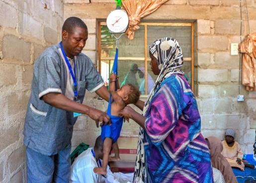 Fatima, de 8 meses de edad, es atendida en el centro de atención de UNICEF en el campo de desplazados internos de Dolori. Fatima sufría desnutrición aguda, pero desde hace cinco semanas ha ganado peso tras recibir el tratamiento terapéuitico que necesitaba.