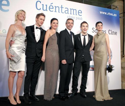 """Los actores de la serie """"Cuentamé"""", Ana Duato (i), Pablo Rivero (2i), Ana Arias (3i), Imanol Arias (3d), Ricardo Gómez (2d), y Pilar Punzano (d) posan para los medios."""