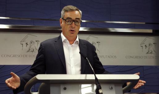 El vicesecretario general de Ciudadanos, José Manuel Villegas, en una rueda de prensa en el Congreso en la que ha dicho que su partido votará en contra de la investidura de Mariano Rajoy, también en la segunda votación y en lugar de la abstención anunciada, si tuviera conocimiento de que el PP ha llegado a un acuerdo con Convergencia para facilitar su gobierno.