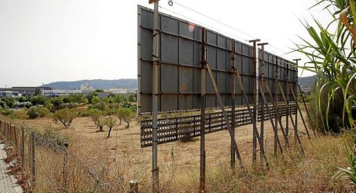 El Consell estima que el 80% de las vallas que hay en Mallorca son ilegales por estar muy cerca de la carretera.