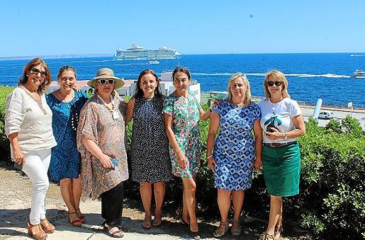 Montserrat Lezaun, Manuela Corvo, Margalida Vidal, Carmita Pérez, Amalia Estabén, Cati Gelabert-Niell y Antonia Sánchez.