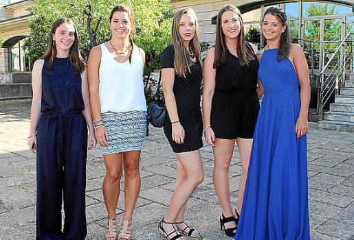 Marga Crespí, Arabella Gómez, Yasmin Bergés, Teresa Hebrero y Karina Gómez, graduadas en ADE.