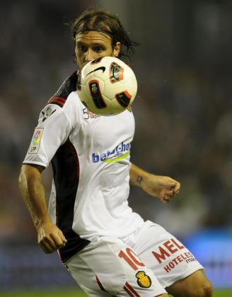 El jugados del Mallorca, Cavenaghi, intenta controlar el balón contra el Athletic de Bilbao.