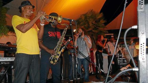 Imágenes del concierto de Alboroise & The Shengen Clan Band.