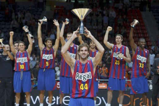 El capitán del Regal FC Barcelona, Roger Grimau (c) levanta el trofeo de la Supercopa tras vencer en la final al Power Electronics de Valencia.