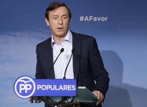 El portavoz del PP en el Congreso, Rafael Hernando, durante la rueda de prensa ofrecida este lunes en la sede del partido, en Madrid.