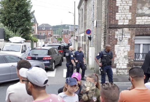 Varios policías hacen guardia cerca de donde se ha producido el secuestro de una iglesia en Saint Etienne du Rouvray, cerca de Ruán, Francia.