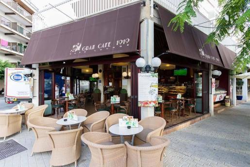 El Gran Café 1919 ofrece, en el Port de Pollença, la oportunidad de disfrutar de infusiones, cafés, desayunos, 'snacks'...