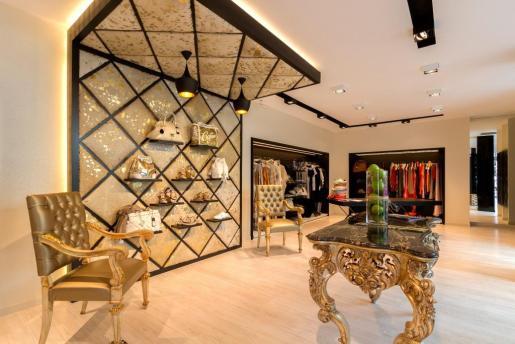 VOSS cuenta con una amplia sección de moda para hombres y mujeres, así como complementos, joyería, relojes y gafas de sol.