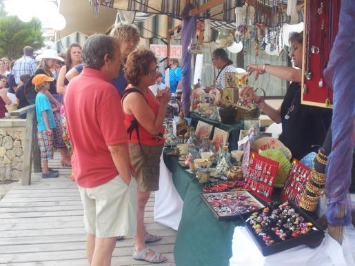 El paseo de Son Mas y sus alrededores se llena los miércoles de diversos productos con el mercadillo semanal de Andratx.