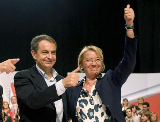 Zapatero y la candidata socialista a la presidencia de Aragón, Eva Almunia, saludan durante un acto en Zaragoza.