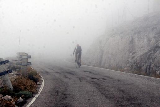 Uno de los ciclistas participantes en la Trencagarrons 2010 afronta uno de los tramos rectos de la ascensión a la cima del Puig Major, envuelto por las nubes que cubrían el techo de Mallorca.