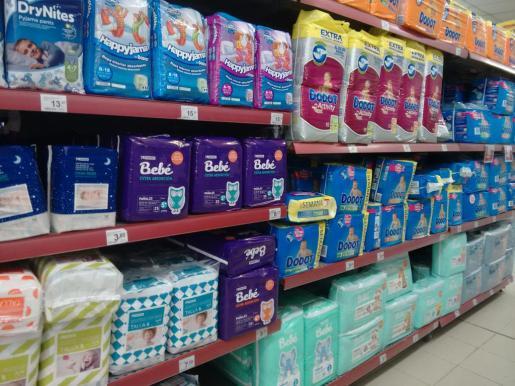 Pañales expuestos en los estantes de un supermercado.