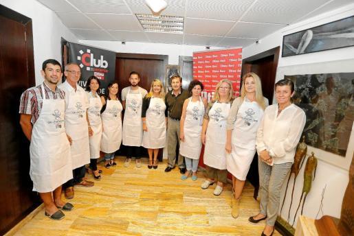 Los ganadores de la pasada edición posan junto a Fina Costa, directora del Club del Suscriptor; Josep Oliver, el antiguo presidente del Consell Regulador del Oli de Mallorca, y Carmen Serra, presidenta del Grup Serra.