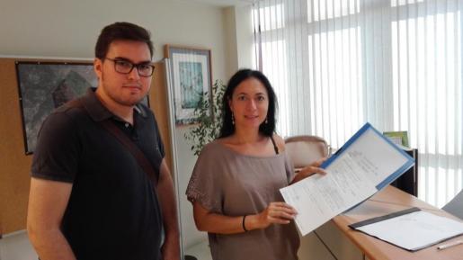 Los representantes de la Associació de Periodistes, con su propuesta en la sede de la conselleria.