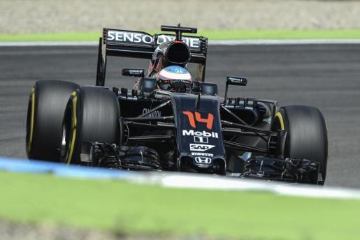 El piloto español de Fórmula 1 Fernando Alonso, de McLaren Honda, participa en la segunda sesión de entrenamientos libres para el Gran Premio de Alemania de F-1 en el circuito de Hockenheimring.