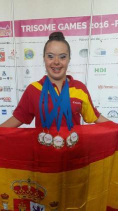 La gimnasta Sara Marin posa con las cinco medallas obtenidas en los Trisome Games 2016.
