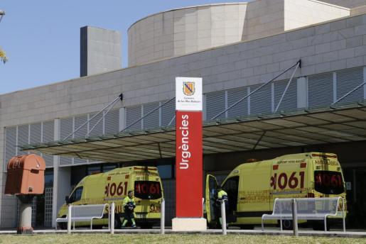 El personal sanitario de una ambulancia del SAMU-061 y del programado del IB-Salud, atendieron a la víctima.