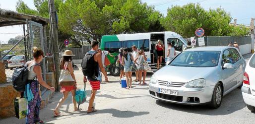 Durante toda la mañana, los autobuses lanzadera, con capacidad para unas 20 personas, van cargados de gente en sentido a ses Covetes.