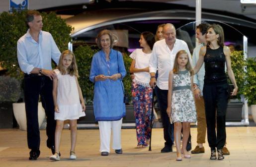 La Familia Real a su salida de un conocido restaurante de Portals.