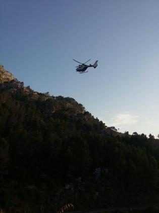 Ha sido necesaria la ayuda de un helicóptero para realizar el rescate, ya que se trataba de una zona de difícil acceso.