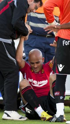 Nunes es ayudado por sus compañeros para levantarse tras sufrir una lesión frente a la Real Sociedad.