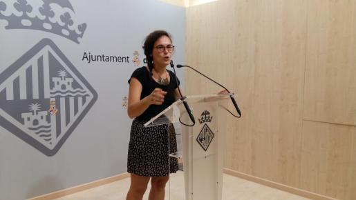 La regidora del Ajuntament de Palma Eva Frade durante la rueda de prensa que ha ofrecido en Cort la mañana de este lunes.