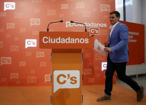 El presidente de Ciudadanos, Albert Rivera, a su llegada a la rueda de prensa posterior a la reunión que la Ejecutiva Nacional de su partido ha celebrado este lunes en la sede de Madrid.