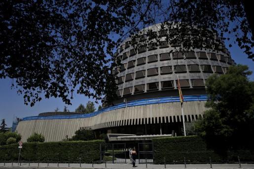 El Constitucional ha decidido este lunes por unanimidad suspender la resolución del Parlament de Cataluña en la que marca su hoja de ruta hacia la independencia.
