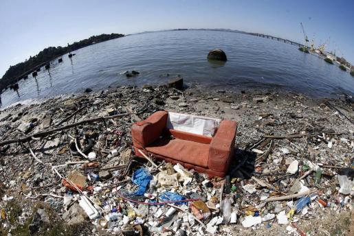 Vista de basura a las orillas de la bahía de Guanabara. Foto: Marcelo Say