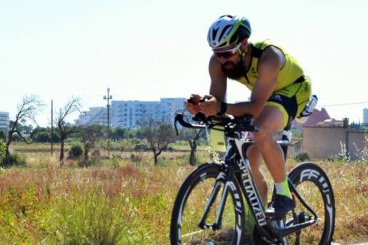 Alberto Soler, sobre su bicicleta.