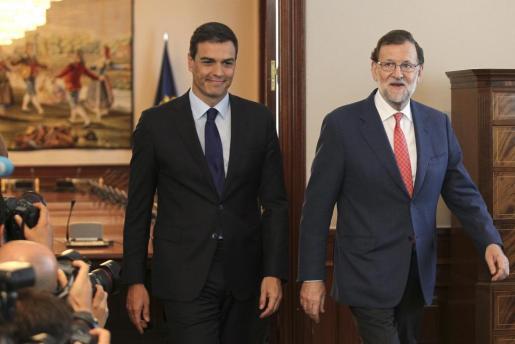 El presidente del Gobierno en funciones, Mariano Rajoy (d), y el secretario general del PSOE, Pedro Sánchez (i), a su llegada a la reunión que han mantenido.