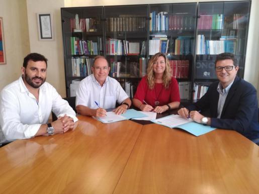 La consellera de Salut, Patricia Gómez, el director general del Servicio de Salud, Juli Fuster, el director general de Baleària, Víctor Terricabras y el jefe de ventas de la compañía, Pep Toni Socias.