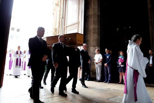 Varias personas llevan en hombros el ataúd del sacerdote Jacques Hamel a su entrada en la catedral de Rouen (Francia).