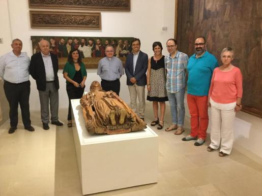 El vicepresidente Francesc Miralles y la directora insular de Patrimoni, Kika Coll, con el resto de colaboradores y organizadores de la Assumpció de la Mare de Déu, en el Museu de Mallorca.