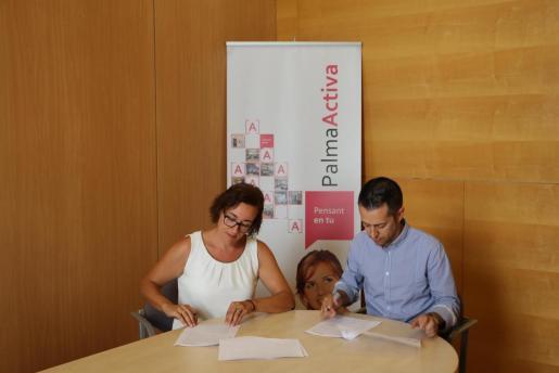 Joana Maria Adrover, regidora de Turisme, Comerç i Treball, y Vicente Pérez Martínez, gerente del nuevo establecimiento de Media Markt.